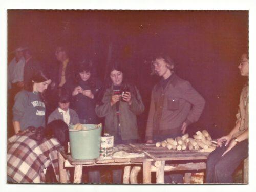 Présents à l'épluchette de g à d : Céline Boucher, Simon Lepage et Line, Marina, Marc et Lise Boucher, animateurs ; photo date : été 1973, coll. : Marina Boucher