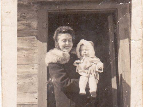 Marguerite Boucher tient dans ses bras sa fille Solange, deux ans après l'acquisition de la première école, date : 1948, coll. : Marguerite Boucher