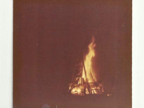 Feu de grève de l'épluchette; photo date, été 1973, coll. : Marina Boucher