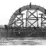 Construction du Cinéma Caribou de Sainte-Anne-des-Monts, selon le modèle quonset hut, qui a inspiré celle du Théâtre Blanchette, date : vers 1949, source : Cinémas d'après-guerre de Pierre Pageau dans le magazine Continuité