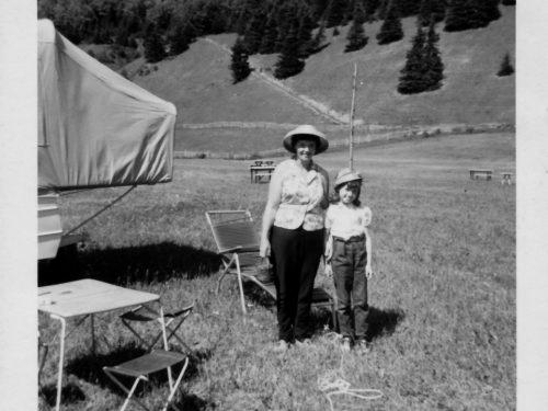 Alphéda Pelchat et sa fille Laurette Fournier au camping, date : 1966, coll. : famille Fournier