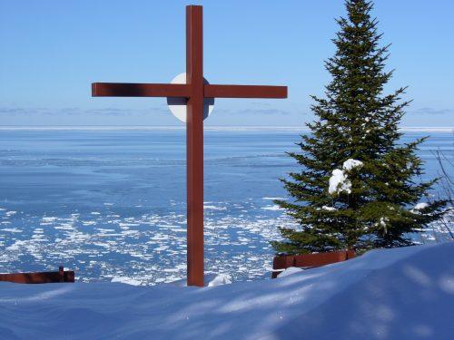 La croix devant la mer gelée, date : février 2013, photo : Blandine Mercier.