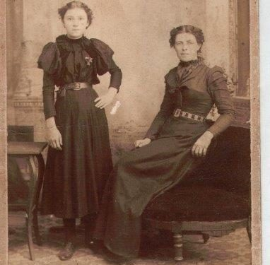 Régina Davis (1885-1963) et Marie-Louise Pelchat (fille de Louis qui épouse Euloge Synnett en 1901), date : 1899, fonds Lucille Pelchat, coll. : Hélène Fournier.