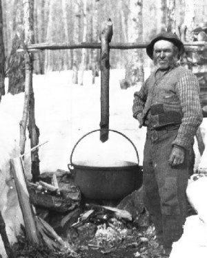 Un gros chaudron suspendu, date non précisée, source : Raoul Carrier, Érablière du Lac-Beauport.