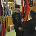L'adjudant-major Denis Tremblay remet le drapeau à la capitaine Chantal Huet, date : 1er juillet 2018, photo : Jacques-Noël Minville, Journal Le Phare