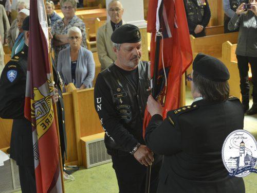 L'adjudant-major Denis Tremblay remet le drapeau à la capitaine Chantal Huet, date : 1er juillet 2018, photo : Jacques-Noël Minville, Journal Le Phare