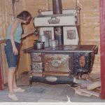 Poêle à bois placé sous abri au Camping Manche-d'Épée, date : fin des années 1960, coll. : Marie Fournier