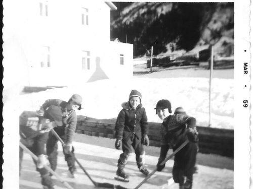Patinoire familiale, de g. à d., Pierre Boucher, Michel Lepage, Hugues et Bernard Boucher, date: 1959, coll.: Thérèse Bond