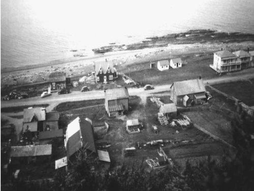 D'ouest en est: au nord, maisons Ovias et Léonard Boucher, hôtel Gaspé-Nord; au sud, maisons Sylvio et Josué Boucher et J.B. Pelchat, entre 1949-1954, coll.: Mario Lévesque
