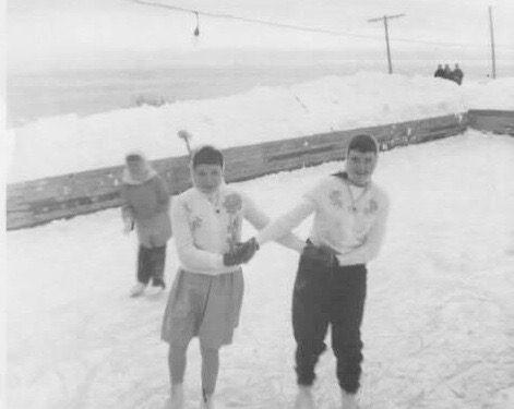 Sur la patinoire familiale des Pelchat, Jovette Pelchat et Hélène Fournier, date: vers 1960, coll.: Hélène Fournier