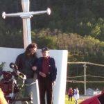 M. Roland Pelchat, doyen du village, en compagnie de l'auteur du monument, Stéphane Béland, 24 juin 2016, photo : France Fournier