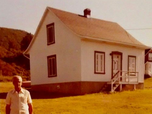 M. Edelbert Blanchette devant la maison Béland, 1978, photo : Ghislaine Blanchette, coll. : Sylvain Blanchette