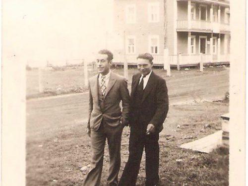 Moïse et Gérard Boucher devant l'hôtel Gaspé-Nord, date inconnue, coll.: famille Moïse Boucher-Cécile Ouellette