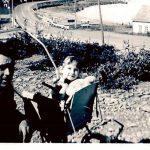 Anicet Boucher et Lucie avec la maison Euloge Pelchat (modifiée) en arrière-plan , 1966, Photo: Lauraine Bernier