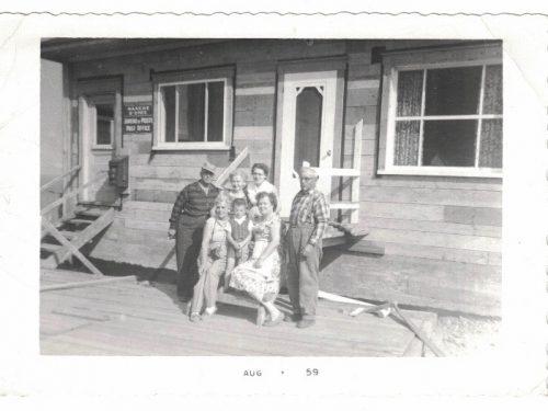 Bureau ds nouvelle maison, de g.à d.: 3 inconnus, Gilles-Caron, Thérèse Côté, Angéline Thibeault et Mathias-Côté, date:1959, coll.: Gilles Caron