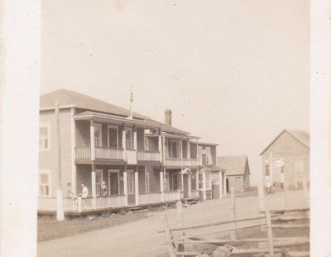 Fontaine devant la maison de J.-B. Pelchat, hôtel en arrière-plan, vers 1930, coll.: Pierre-Paul Fournier
